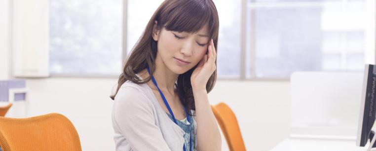 頭の痛みに悩む女性